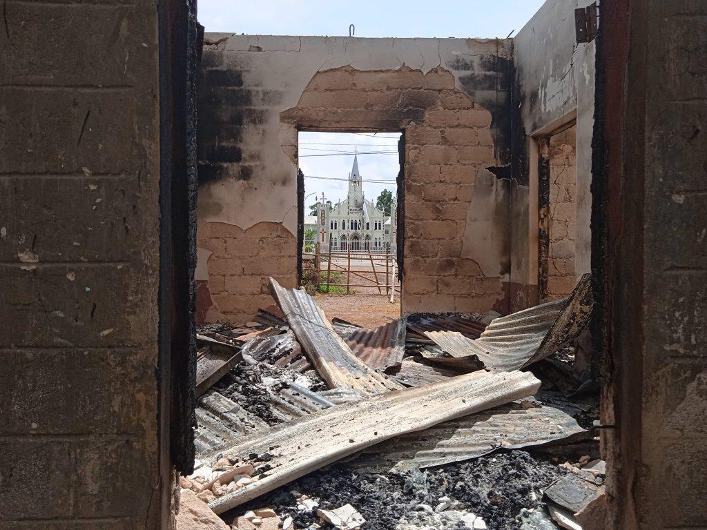 ဒီးမော့ဆိုမြို့နယ် ဒေါငံခါးရပ်ကွက်တွင် စစ်ကောင်စီတပ်ဖွဲ့ဝင်မျာ ထိုးစစ်ဆင်စဉ်က မီးရှို့ဖျက်ဆီးခဲ့သည့် ရပ်ကွက်ရှိ လူနေအိမ်များ
